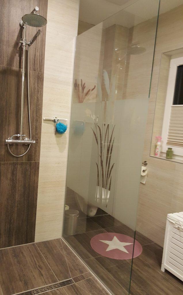 Bad mit Dusche große Wohnung